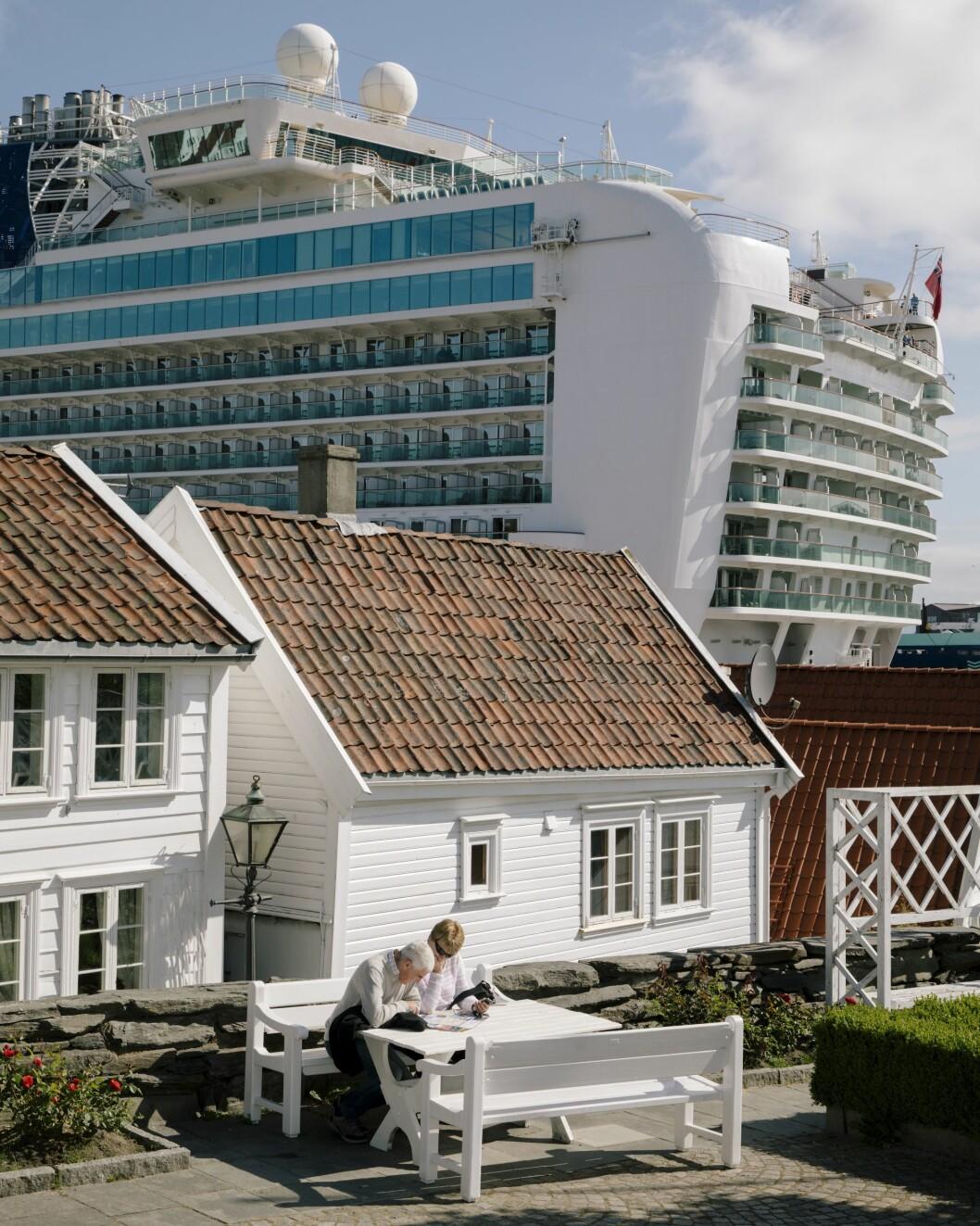 10717 03. Dagligliv i Norge 04.06.2018 Cruiseturisme økningen i antall turister som kommer til Norge, spesielt med cruiseskip, har satt flere populære turistmål under press, som her i Stavanger hvor cruiseskipet Azura har lagt til kai like ved gamlebyen. Tatt på oppdrag for Aftenposten.