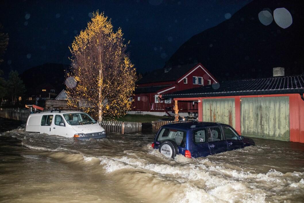 Flom i SkjåkFlere biler måtte stå stille da flommen på kort tid oversvømte området rundt Skjåk etter store nedbørsmengder.Tatt for VGFinansiert av VG
