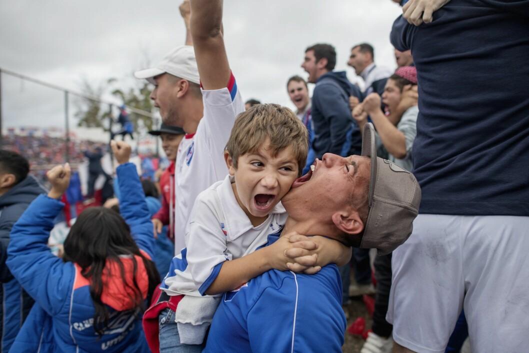 Fotball-drømmen: Uruguay er et unikt fotballand. Alt handler om fotball.De fleste stadionene er steingamle og slitte, klubbene må hele tiden selge sine beste spillere til utlandet for å overleve, men engasjementet er det ingen ting i veien med. Og landslaget kan aldri avskrives. Og den største stjernen er Luis Suarez, mannen som ble tatt i mot som en helt da han ble sendt hjem fra VM etter å ha bitt en motspiller. Tatt på oppdrag for VG og er kun finansiert med VGs midler.