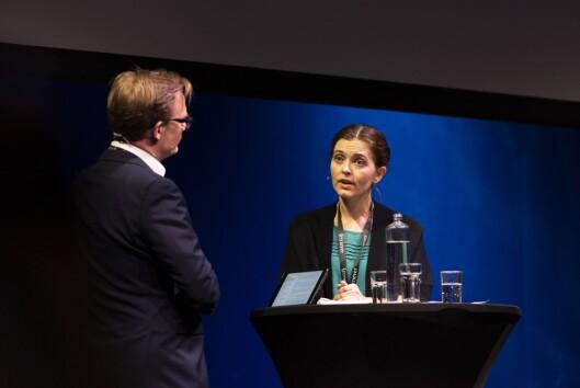 Nyheitsredaktør Tora Bakke Håndlykken vert intervjua av NRK-programleiar Espen Aas under debatt om VG-saka på SKUP-konferansen i Tønsberg.