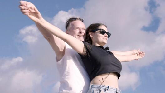 Per Sandberg og Bahareh Letnes blir med på Charterfeber.