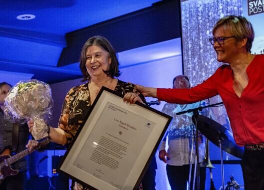 Redaktør i Svalbardposten tar imot journalistprisen på vegne av sin journalist.