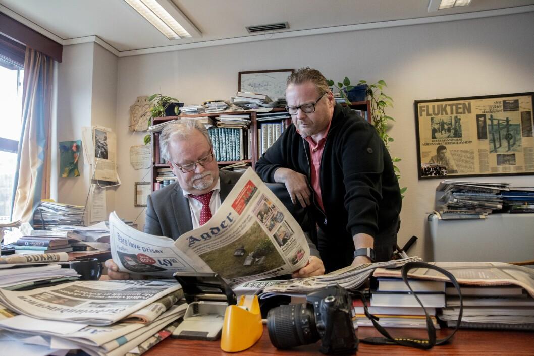 Kristen Munksgaard og journalist Erik Thime (t.h.) i avisen Agder Flekkefjords Tidende på sitt kontor i Flekkefjord.