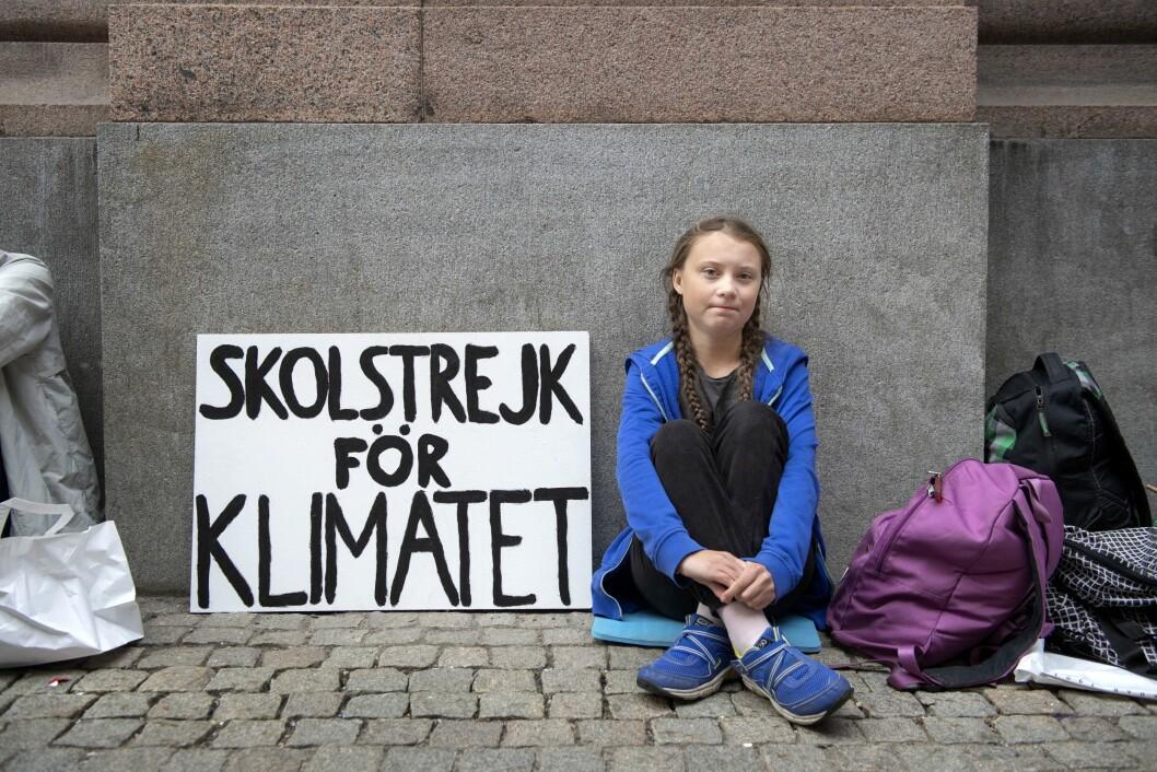 Greta Thunberg (nå 16) er i streik fra skolen, hun sitter utenfor Riksdagen i Stockholm, og tenker å fortsette med det helt frem til valget.- Siden ingen andre gjør noe med klimaet, så vil jeg gjøre det. Det er mitt moralske ansvar å gjøre noe, sier hun.Foto: Jessica Gow/TT NYHETSBYRÅN / NTB scanpix