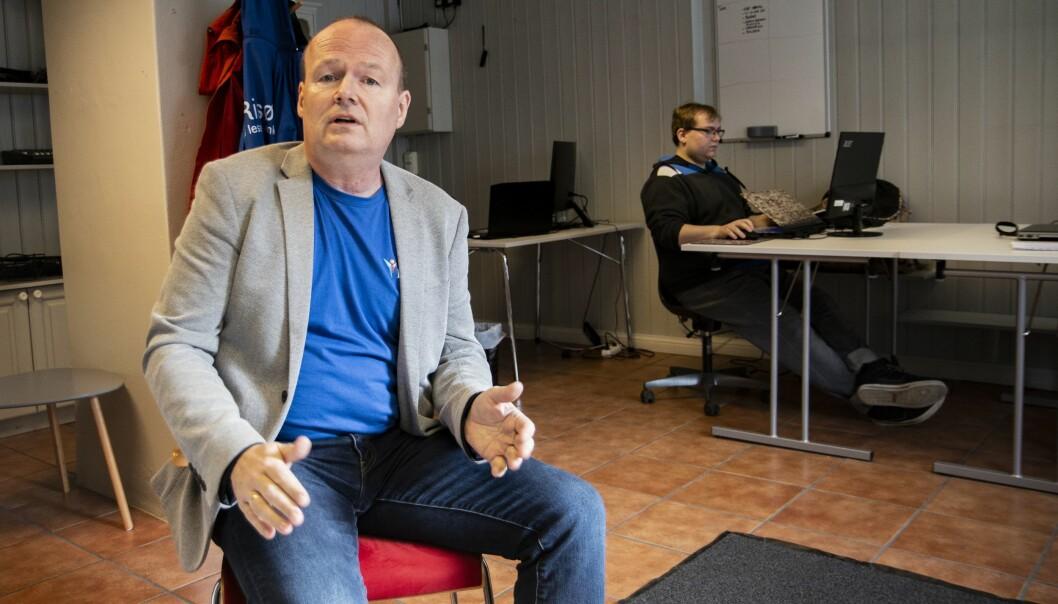 Tore Myrberg i redakssjonslokalene til iRisør.no - hvor Knut Erik Liane (22) jobber i bakgrunnen.