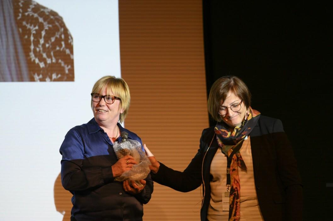 Hanne Haugsgjerd fikk «Avisgutten»-prisen av MBL-styreleder Tove Nedreberg onsdag 8. mai i Bergen.