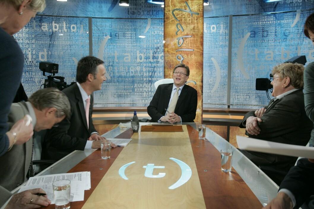 Avslappa stemning før ei Tabloid-sending på TV 2 våren 2006. F.v. Kjell Magne Bondevik, Jens Stoltenberg, programleiar Pål T. Jørgensen og Stein Ørnhøi.