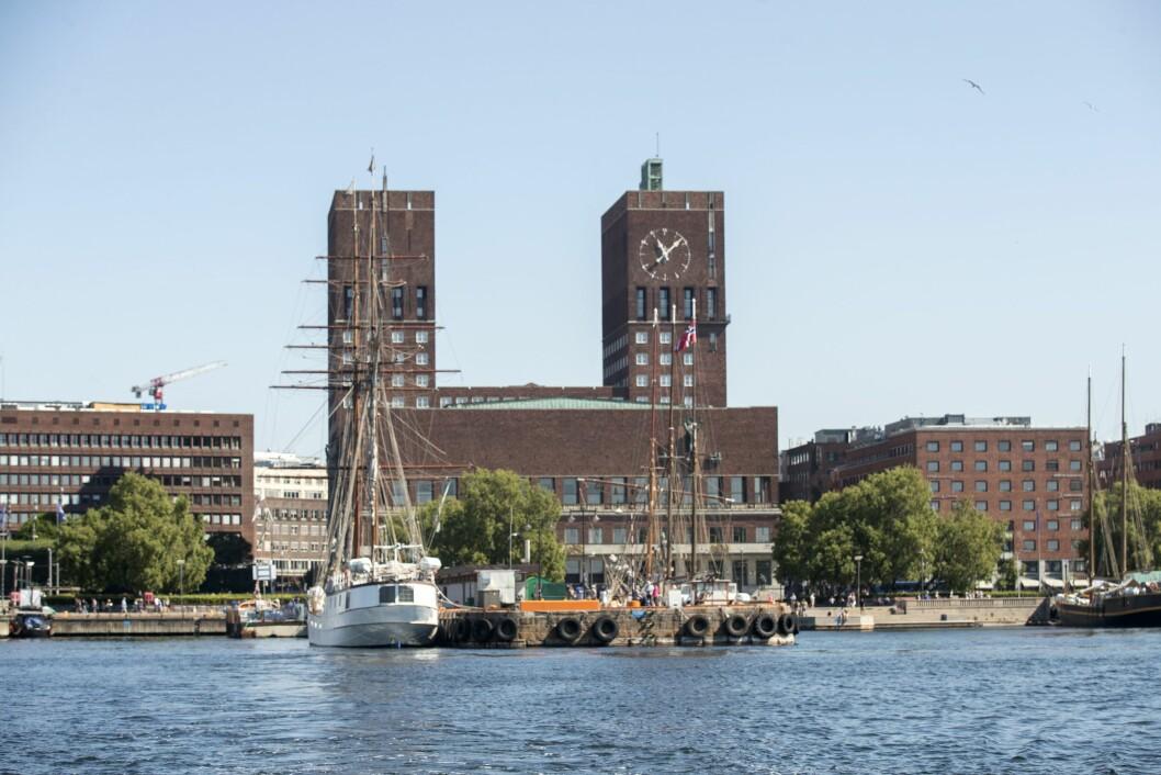 Oslo rådhus sett fra sjøen i Oslo.