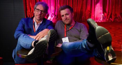 Dei er TV 2 sine ekspertar på «beina på bordet»-metoden: – Me er to galningar, og er ikkje heilt gode