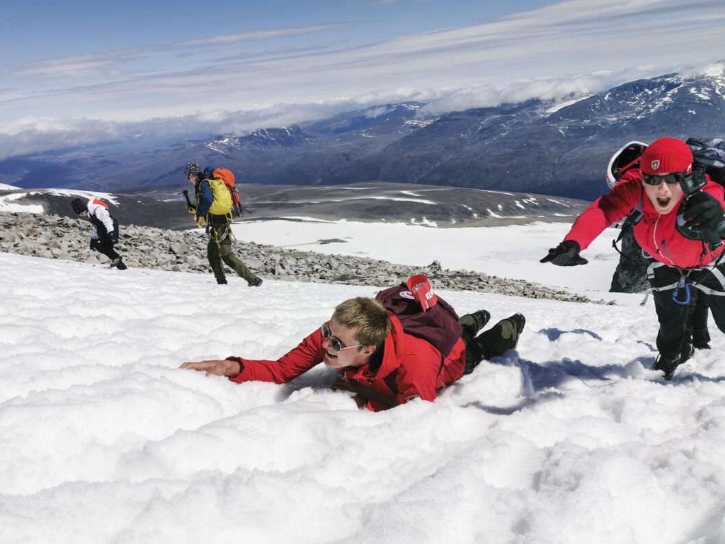 Snø og sol på vei opp på Galdhøpiggen: