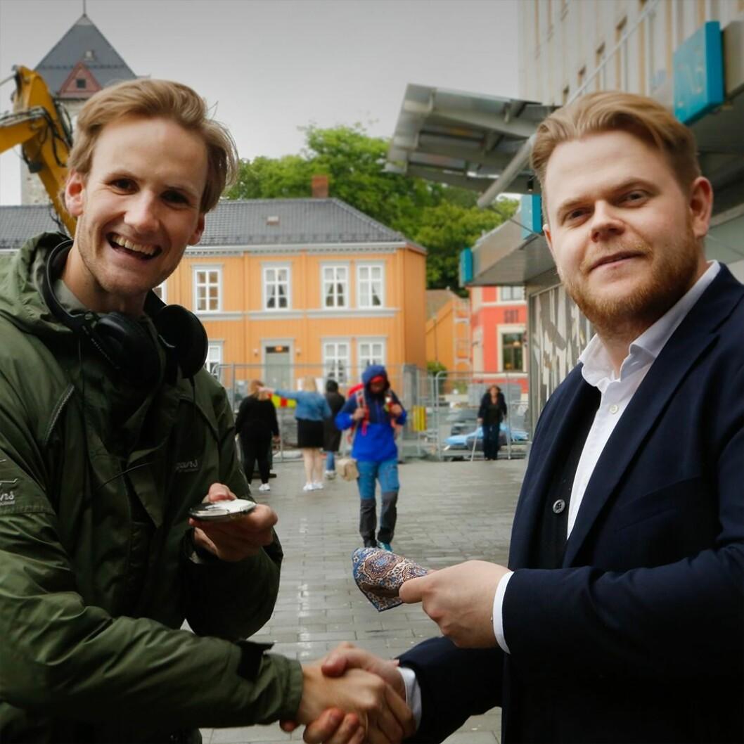 På sluttet av den første dagen endte reporteren med et håndsydd lommetørkle verdt 500 kroner. Foto: NRK.