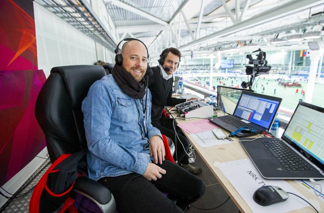 NRKs Carl Andreas Wold (til venstre) har kommentert skøyter i flere år. Her sammen med ekspert Even Wetten under verdenscupløp i Stavanger i 2016.