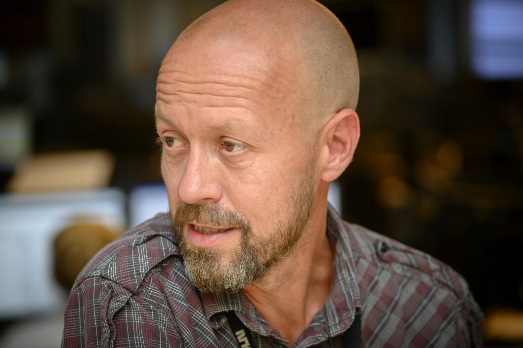 Per Arne Kalbakk, etikkredaktør i NRK, forteller at NRK-fronten også vil tone ned dekningen.