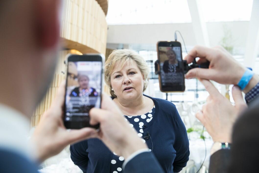 Statsminister Erna Solberg (H) snakka til Facebook live etter generalprøve i Operaen før regjeringa sin festmiddag for kongeparet i høve deira sine 80-årsdagar i 2017.