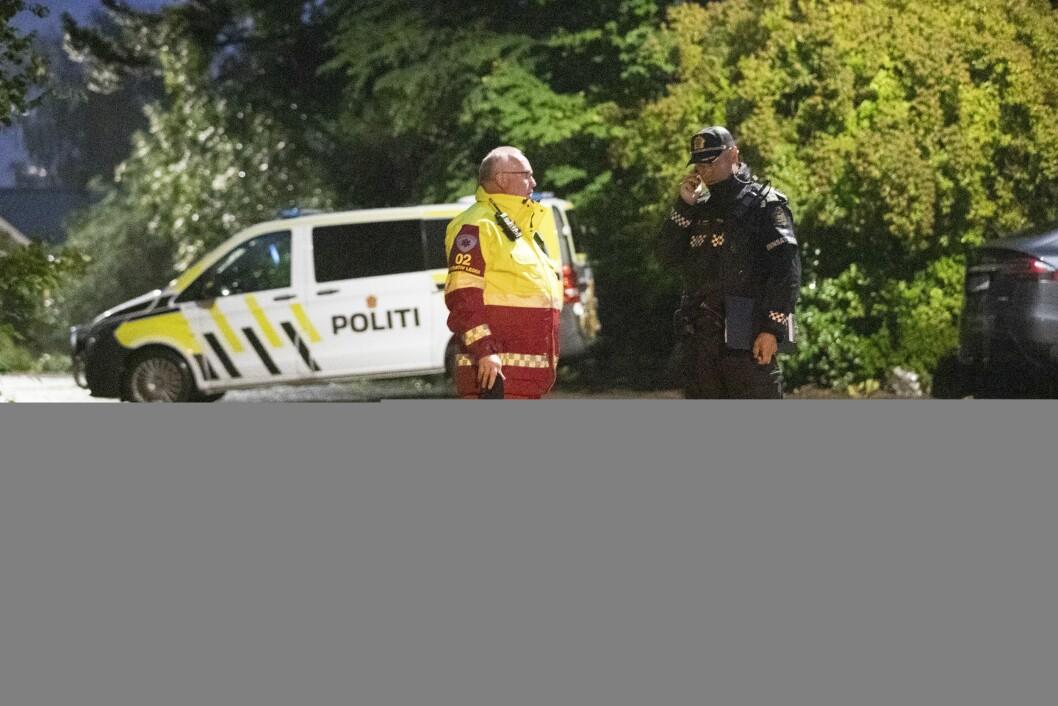 Innsatsleder Brian Skotnes (t.h) utenfor adressen i Bærum hvor en person er funnet død. Hendelsen settes i sammenheng med skytingen i Al-Noor Islamic Centre moskéen.