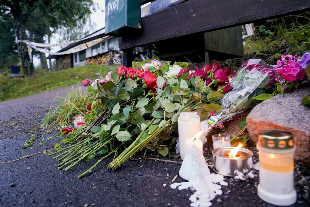 Bærum 20190811. Blomster er lagt ned utenfor hjemmet til den drepte kvinnen i Bærum søndag kveld.