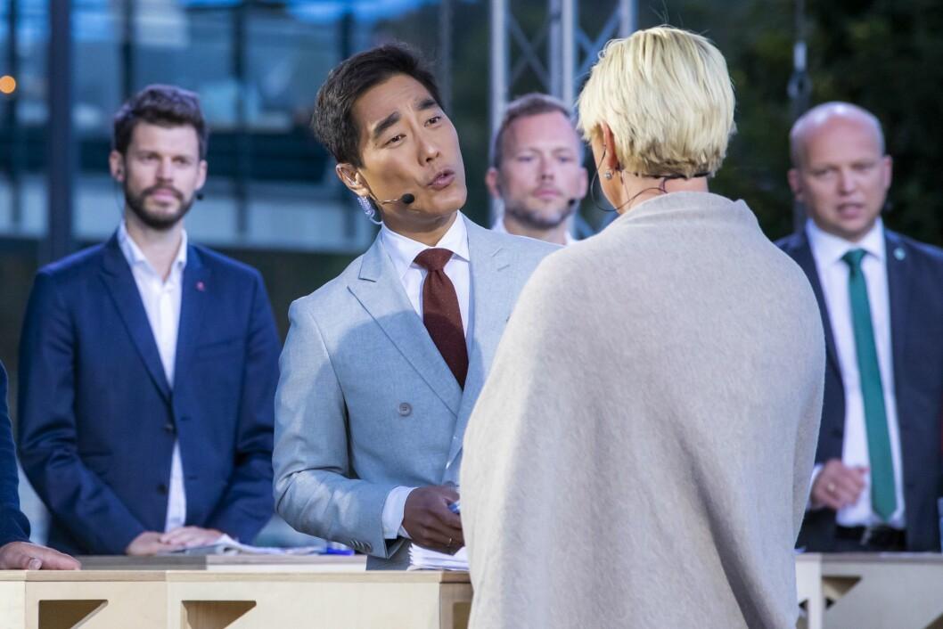 Programleder Fredrik Solvang og leder i Fremskrittspartiet (Frp) Siv Jensen under den NRK-sendte partilederdebatten under Arendalsuka mandag kveld.Foto:
