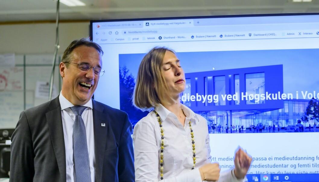 Volda-rektor Johann Roppen og statsråd Iselin Nybø feiret nytt mediebygg ved studiestarten.