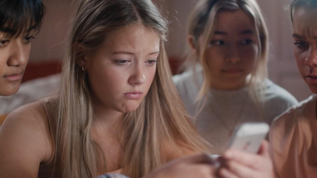 «Sofia og Axel har sex på en fest. Neste dag sirkulerer en film av dem rundt på skolen. Hvem var det som filmet?» Det er ett av utgangspunktene for den nye serien Nudes.