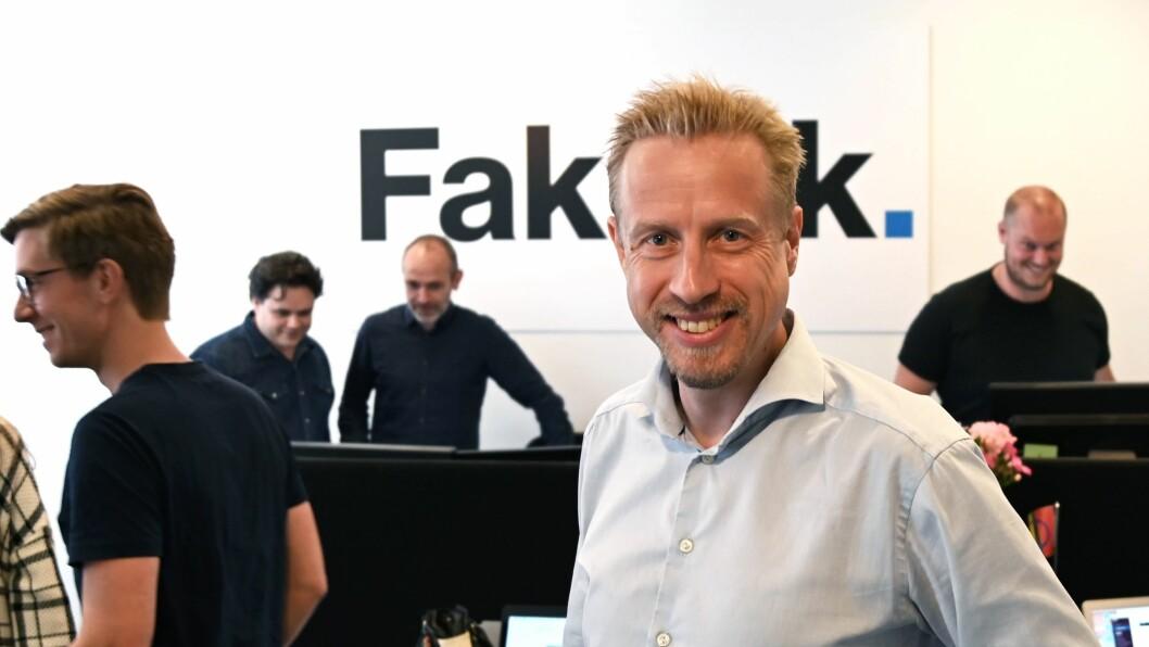 Faktisk.no-redaktør Kristoffer Egeberg, med resten av redaksjonen i bakgrunnen.