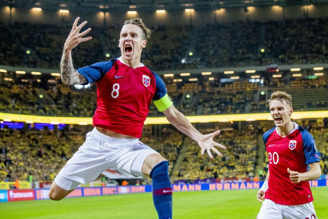 Norges Stefan Johansen og Martin Ødegaard jubler etter 0-1 scoringen mot Sverige. Det fikk mange nordmenn med seg.