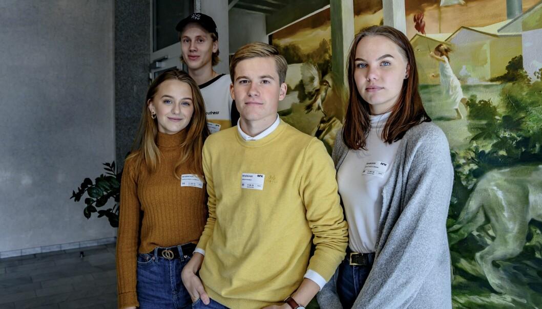 De fire elevene var klare til å fortelle Kringkastingsrådet hva de mener om «Folkeopplysningen», men fikk ikke anledning til det: Marion Isabell Stærfelt (t.v.) og Tobias Wessel, mens to av elevene var kritiske til NRKs forsøk på å påvirke skolevalget: Alva Otterlei Lokreim og Håkon Framnes.