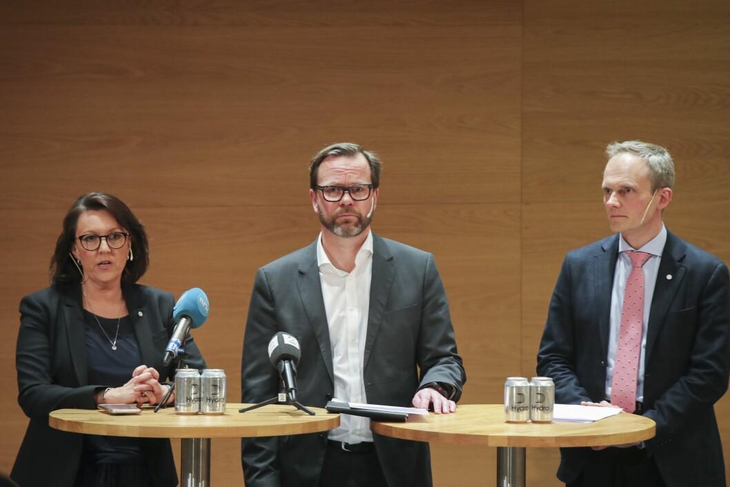 Fra.v Inger Sethov, Eivind Kallevik og Egil Hogna fraHydrounder en pressekonferanse om cyberangrepet på Hydro.