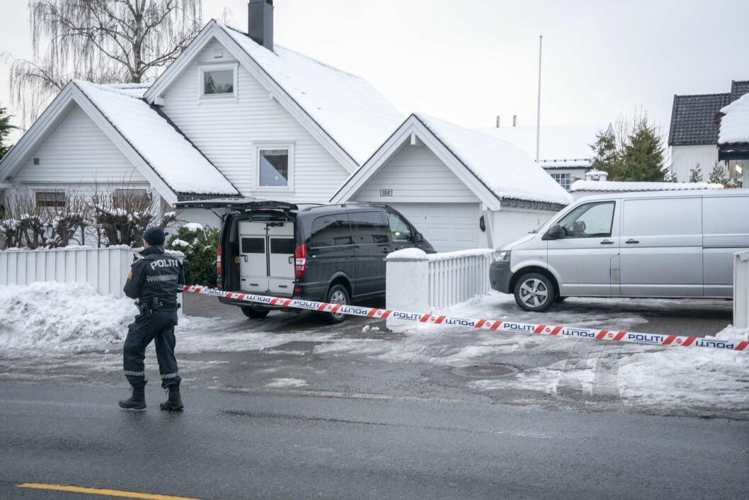 Politiet ransaker og har sperret av boligen til justisminister Tor Mikkel Wara på Røa i Oslo. Laila Anita Bertheussen er siktet for å ha tent på parets bil natt til 10. mars for å vekke mistanke om at en straffbar handling er begått, uten at den er det. Hun ble pågrepet av PST torsdag.Foto: Heiko Junge / NTB scanpix