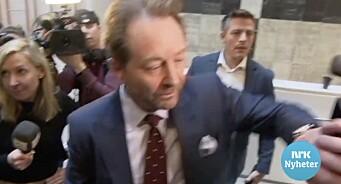 Her dytter Røkke bort TV 2-kamera: – Ikke en god måte å møte journalister på