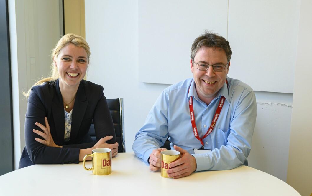 Dagbladet-redaktør Alexandra Beverfjord og nyhetsredaktør i Dagbladet, Frode Hansen, med gullkopper på hennes kontor på Hasle i Oslo.