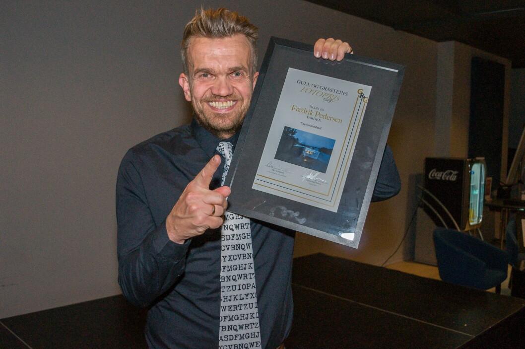 Fredrik Nordahl i Varden tok imot fotoprisen på vegne av Fredrik Pedersen i samme avis.
