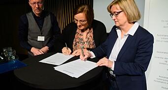 Her signerer de den nye redaktørplakaten og legger fram nytt «ansvarsmerke» for mediene