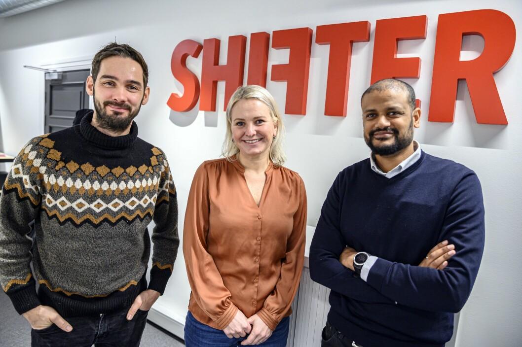 Shifter-ledelsen kan glede seg over en god Pluss-start. Fra venstre: Per-Ivar Nikolaisen, redaktør,Aslaug Ingeborgrud Syvertsen, kommersiell leder og økonomisjef ogLucas H. Weldeghebriel, daglig leder og journalist.