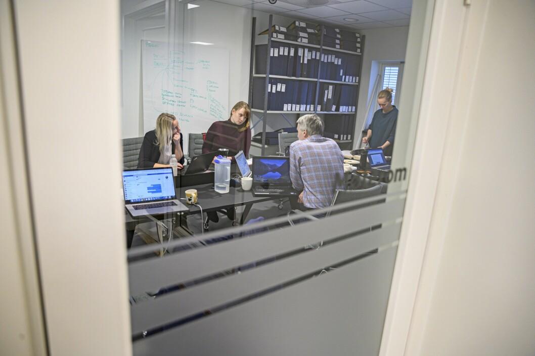 Line by line-lesing av gravesakene om Rondablikk hos Dølen: redaktør Tone Sidsel Sandsen (fra venstre), gravejournalist Sigrid Gausen, NRK-journalist Dag Kessel og Dølen-journalist Guro Vollen .