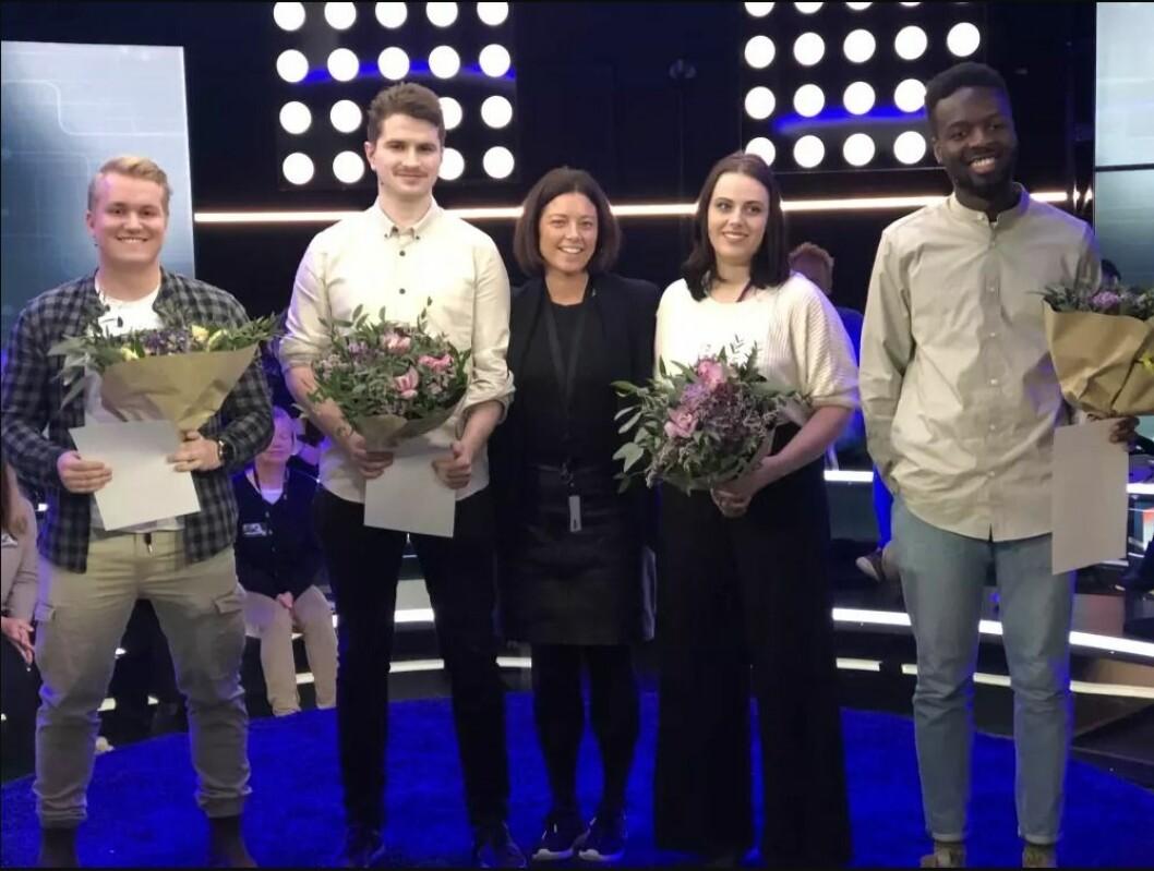 Patrick Venøy Saastad (fra venstre), Johnny Bjånesøy, Vilde Eide og Taume Dery mottok alle stipend fra TV 2 denne uken. Sarah Willand (i midten) direktør for organisasjon og kommunikasjon i TV 2, delte ut prisene.