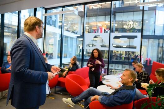Sjefredaktør Sigvald Sveinbjørnsson i Bergensavisen ser opp på storebror Bergens Tidende i etasjen over i Media City Bergen. –Kjem ikkje til å sakna dei veldig mykje, seier Sveinbjørnsson.