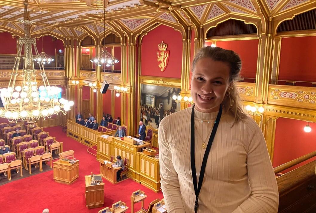 Mina Haugli (25) skal jobbe for Arbeiderpartiets stortingsgruppe de neste to årene.