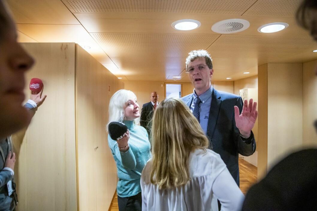 Kommunikasjonssjef Ole Berthelsen i olje- og energidepartementet snakkar med pressen etter nøkkeloverrekkinga til Sylvi Listhaug (Frp). Til venstre er Heidi Schei Lilleås i Nettavisen.