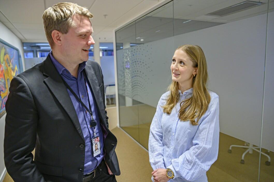 Nyhetsredaktør Lars Håkon Grønning (til venstre) fryder seg over at Mina Liavik Karlsen er klar for E24.