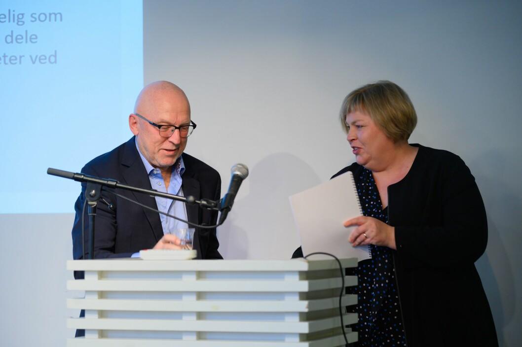 Leiar Sven Egil Omdal i Kildeutvalget under fjorårets framlegging av rapport. Her leverer han rapporten til generalsekretær Elin Floberghagen i Norsk Presseforbund.