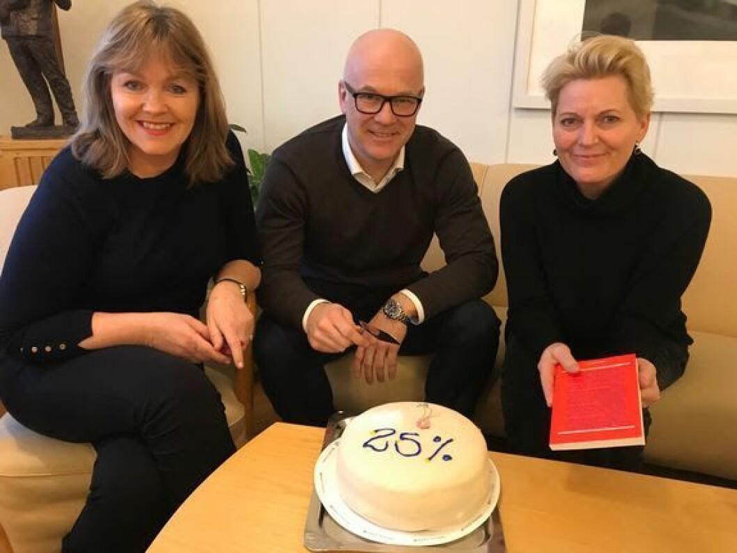 Språksjef Ingvild Bryn, kringkastingssjef Thor Gjermund Eriksen og vikarierande krigkastingssjef (fra 13. januar) Vibeke Fürst Haugen hadde nynorsk kakefest på kontoret fredag.