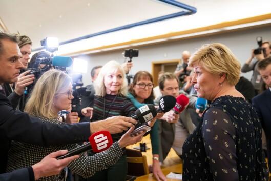 Partileiar og finansminister Siv Jensen snakkar med pressa etter gruppemøtet til Frp i Stortinget onsdag.