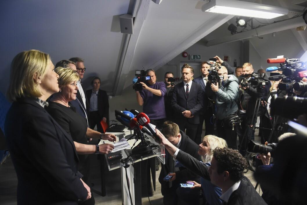 Frps nestleder Sylvi Listhaug (fra venstre), leder Siv Jensen, nestleder Terje Søviknes og parlamentarisk leder Hans Andreas Limi holdt pressekonferanse foran et samlet pressekorps mandag.
