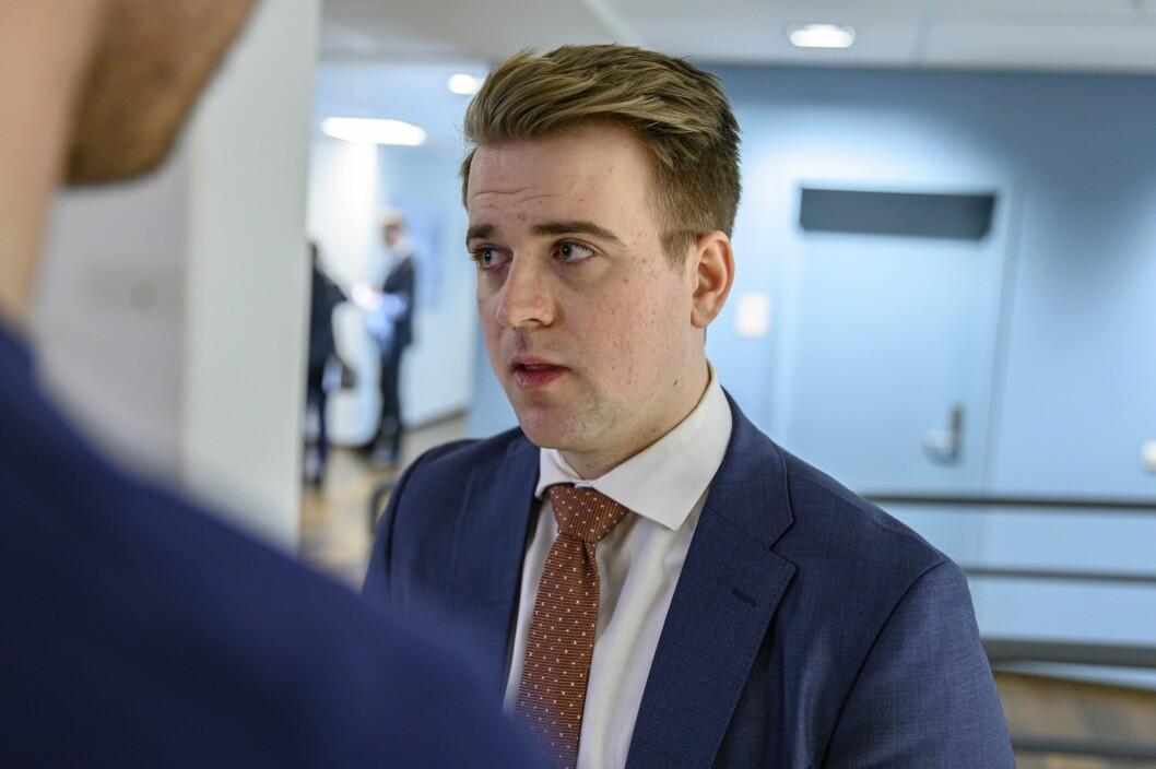 Mathias Fischer snakkar med pressa på sin første dag som statssekretær i Klima- og miljødepartementet.