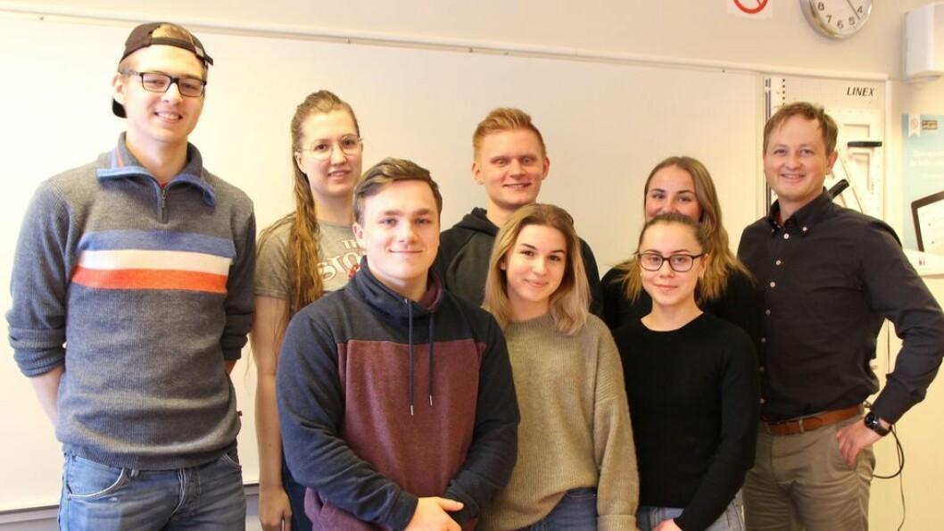 De syv elevene som neste uke tar over kontrollen av Hitra-Frøya sammen med sjefredaktøren.  F.v. Odin Kornelius Ulvan, Elisabeth Lund, Remy Heggvik Aune, Damian Klaman, Karolina Rudecka, Ingeborg Wahl, Frida Schjetne Johnsen og Bjørn Lie Rønningen.