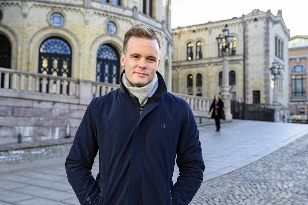 Cato Husabø Fossen har observert den politiske journalistikken litt fra sidelinjen det siste året som Dagsrevyen-anker. Han liker ikke det han har sett.