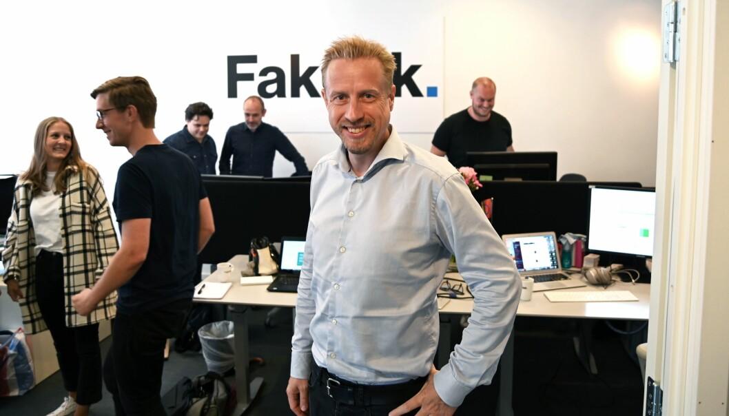Faktisk.no-redaktør Kristoffer Egeberg, med resten av redaksjonen i dynamisk bevegelse i bakgrunnen.