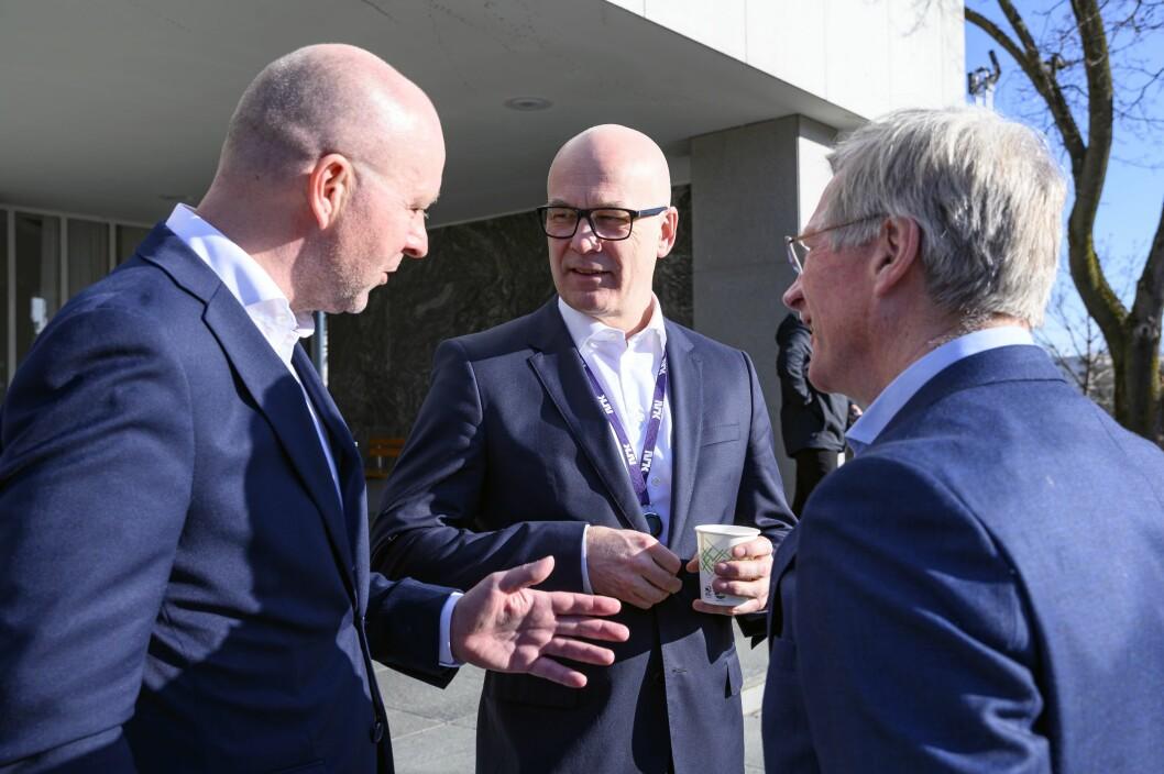 Kringkastingssjef Thor Gjermund Eriksen øker lønnen sin med 100 500 i året fra i fjor. Her sammen med NRKs lokaliseringsdirektør Jon Espen Lohne (fra venstre) som tjener 1.801.500 og styreleder Birger Magnus.