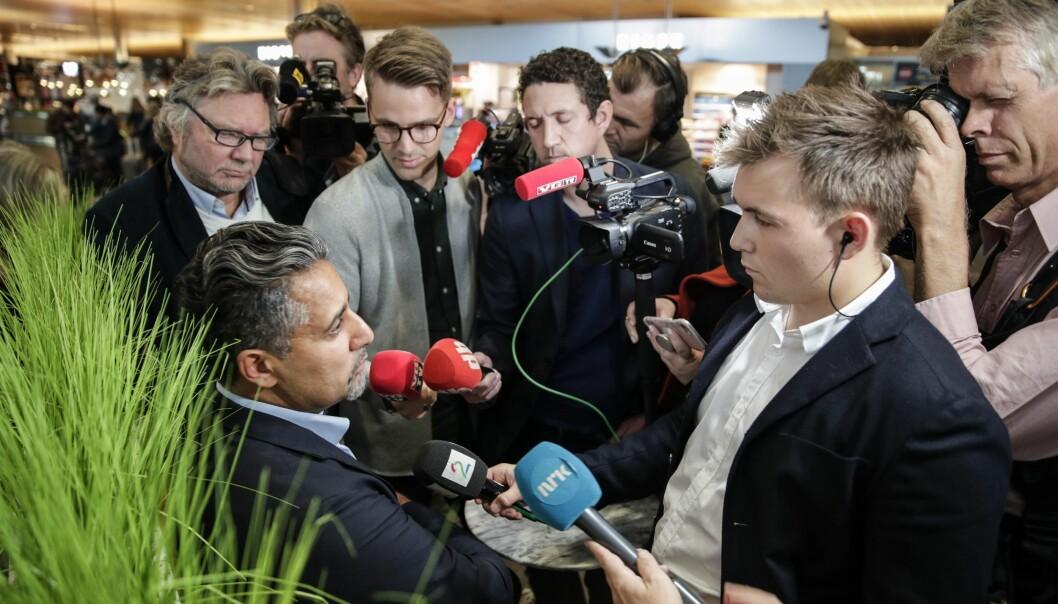 Politisk journalist Mads Fremstad (t.h) har sluttet i TV 2. Her intervjuer han kulturminister Abid Raja (V).