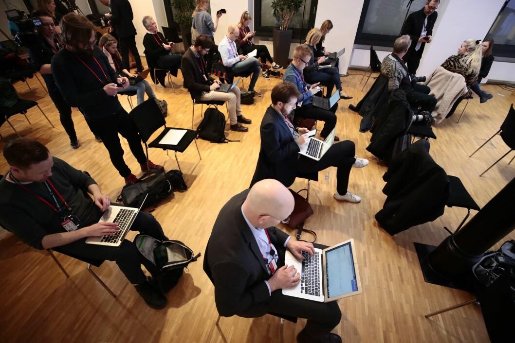 Journalistene som fulgte pressekonferansen satt med god avstand mellom seg.